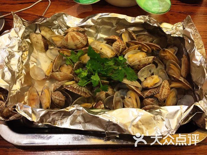 我们点了麻辣小龙虾,海鲜总汇,锡纸蚬子,还有羊肉串和牛肉串!